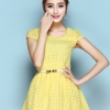 ชุดเดรสสั้นสีเหลือง คอกลม แขนสั้นแต่งลูกไม้สวยหรู เอวเข้ารูป มาพร้อมเข็มขัดสีขาวเข้าชุดน่ารักๆ