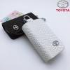 กระเป๋าซองหนัง ใส่กุญแจรีโมทรถยนต์ ลายหนังงู โลโก้ Toyota สี ขาว,ดำ,แดง แบบใหม่