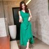 ชุดเดรสยาวสีเขียว แขนกุด คอวี ซิปข้าง เอวเข้ารูป กระโปรงบานพริ้ว สวยหรู