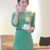 ชุดเดรสทำงานเรียบๆ สีเขียว ผ้าชีฟอง ทรงตรง คอกลม แขนสามส่วน แต่งกระเป๋าด้านหน้า ซับใน ซิปหลัง พร้อมเข็มขัดเข้าชุด