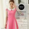 ชุดเดรสสั้นสีชมพู คอปก แขนสั้น กระโปรงแต่งแถบสามเหลี่ยม เป็นชุดเดรสแนวสวยๆ น่ารักๆ สไตล์เกาหลี