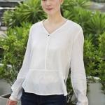 เสื้อเชิ้ตสีขาวตัดต่อแต่งกระดุมเม็ด