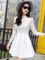 ชุดเดรสสั้นสีขาว เสื้อลูกไม้แขนยาว เย็บติดกับกระโปรงจีบทวิสเก๋ๆ น่ารัก