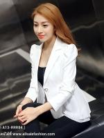 เสื้อสูททำงานผู้หญิงสีขาว คอปก แขนยาว ดีเทลด้านหลังยาวกว่าด้านหน้าเป็นแบบระบายช่วงอำพรางสะโพกได้ดี