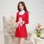 ชุดเดรสสั้นสีแดง คอปกสีขาว ปลายแขนพับขึ้น ด้านหน้าพิมพ์ลายตุ๊กตาน่ารักๆ แนวเกาหลี thumbnail 3