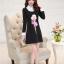 ชุดเดรสสั้นสีดำ คอปกสีขาว ปลายแขนพับขึ้น ด้านหน้าพิมพ์ลายตุ๊กตาน่ารักๆ แนวเกาหลี thumbnail 6