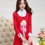 ชุดเดรสสั้นสีแดง คอปกสีขาว ปลายแขนพับขึ้น ด้านหน้าพิมพ์ลายตุ๊กตาน่ารักๆ แนวเกาหลี thumbnail 1