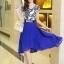 ชุดเดรสสั้นสีน้ำเงิน แขนสั้น ตัวเสื้อสีขาวพิมพ์ลายสีน้ำเงิน ผ้าชีฟอง กระโปรงบานพริ้ว