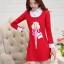 ชุดเดรสสั้นสีแดง คอปกสีขาว ปลายแขนพับขึ้น ด้านหน้าพิมพ์ลายตุ๊กตาน่ารักๆ แนวเกาหลี thumbnail 6