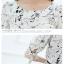 ชุดเดรสทำงานสีขาว สองชิ้น เสื้อสีขาวพิมพ์ลาย แขนสั้น คอกลม กระโปรงผ้าชีฟอง สีดำ thumbnail 3