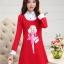 ชุดเดรสสั้นสีแดง คอปกสีขาว ปลายแขนพับขึ้น ด้านหน้าพิมพ์ลายตุ๊กตาน่ารักๆ แนวเกาหลี thumbnail 2