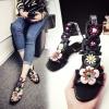 รองเท้าแตะสาน หัวปลา ส้นแบน แฟชั่นหนังแท้ สีดำ แต่งรูปดอกไม้ ทรงสวยหวาน สไตล์โบฮีเมียน