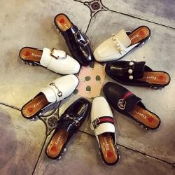 [มีหลายสี] รองเท้าคัชชูส้นเตี้ย เปิดส้น สไตล์ กุชชี่ ส้นแต่งอะไหล่มุก สวยหรู ส้นสูง 1.5 นิ้ว