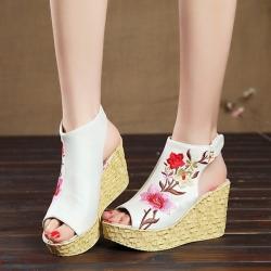 [มี2สี] รองเท้าผู้หญิง ส้นเตารีด ทรงย้อนยุค งานปัก สไตล์จีน หุ้มข้อ ทรงหัวปลา เปิดส้น แพลตฟอร์มสูง 1.5 นิ้ว / ส้นสูง 3.5 นิ้ว