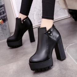 รองเท้าบูทสั้นผู้หญิงส้นสูง หนัง pu สีดำ ทรงมาร์ติน แต่งหมุดด้านหลัง สวย แฟชั่นสไตล์อังกฤษย้อนยุค ส้นสูง 4.5 นิ้ว