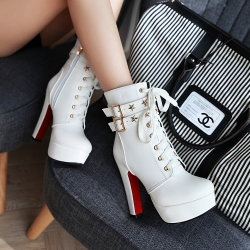 [มีีหลายสี] รองเท้าบูทสั้นผู้หญิงส้นสูง ทรงมาร์ติน วัสดุหนังpu ผูกเชือก แต่งหัวเข็มขัด ทรงสวยสไตล์อังกฤษ ย้อนยุค แพลตฟอร์มสูง 1.5 นิ้ว ส้นสูง 4.5 นิ้ว