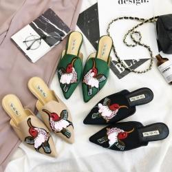 [มีหลายสี] รองเท้าคัทชูหัวแหลม ส้นแบน แฟชั่นหนังแบบสวม ทรงสวย ปักรูปนก