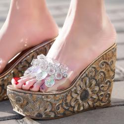 [มี2สี] รองเท้าหัวปลาผู้หญิง ส้นเตารีด ทรงสวม หน้าคาดพลาสติกใส แต่งเพชรเม็ดใหญ่ ส้นสูง 4.5 นิ้ว