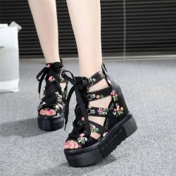 [มี2สี] รองเท้าหนังpu ลายดอกไม้ หัวปลา เสริมส้นผู้หญิงสไตล์เกาหลี ซิปด้านหลัง ส้นสูง 4.5 นิ้ว