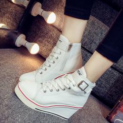[มีหลายสี] รองเท้าผ้าใบเสริมส้นแฟชั่นเกาหลีหุ้มข้อ แต่งหัวเข็มขัด ส้นสูง 3 นิ้ว