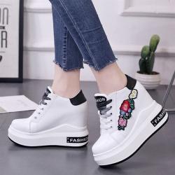 [มีหลายสี] รองเท้าผ้าใบเสริมส้นสไตล์เกาหลี หนังไมโครไฟเบอร์ ปักลายดอกไม้ ผูกเชือก สวย ทรงสปอร์ต ส้นสูง 5 นิ้ว