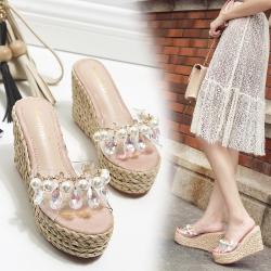 [มี2สี] รองเท้าส้นเตารีด แบบสวม หน้าคาดพลาสติกใส ประดับเพชร+มุก สวยหรู ส้นถักปอ สูง 4.5 นิ้ว