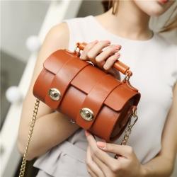 [มีหลายสี] กระเป๋าถือ พีวีซี มีตัวล็อคด้านหน้า มีสายสะพายแบบห่วงโซ่ สีเงิน ทรงเรียบๆ สวย ดูแพง