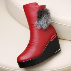 [มี2สี] รองเท้าบูทสั้นผู้หญิงส้นเตารีด รูปปาก ทรงมาร์ติน วัสดุหนังpu คุณภาพสูง แต่งเฟอร์ เสริมกำมะหยี่ด้านใน ซิปด้านใน ด้านหน้าจับย่นเล็กน้อย สวยสไตล์เกาหลี ส้นสูง 3.5 นิ้ว / แพลตฟอร์มสูง 1.5 นิ้ว