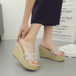 [มีหลายสี] รองเท้าส้นเตารีด แบบสวม หน้าคาดพลาสติกใส ประดับเพชรเม็ดใหญ่สวยหรู ส้นถักปอ สูง 4.5 นิ้ว