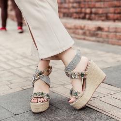 [มี2สี] รองเท้าผู้หญิงหัวปลา ส้นเตารีด ประดับเพชร หน้าไขว้ แต่งหัวเข็มขัดรัดส้น สูง 4 นิ้ว งานถักปอ