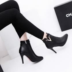 [มี2สี] รองเท้าบูทหัวแหลมผู้หญิงส้นสูง แฟชั่นหนังสีดำ ซิปด้านใน ด้านข้างแต่งโลหะเป็นทรงตัว V ส้นสูง 3.5 นิ้ว