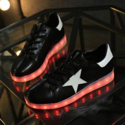 [มี2สี] รองเท้า LED มีไฟเรืองแสง แฟชั่นหนัง PU เย็บรูปดาวด้านข้าง หุ้มส้น แบบร้อยเชือก ปรับเปลี่ยนแสงไฟได้ 7 สี 8 แบบ พร้อมสายชาร์จ USB