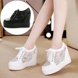 [มี2สี] รองเท้าหนังpu เสริมส้นเกาหลี ลายลูกไม้ระบายอากาศ แต่งเพชรด้านหน้า ร้อยเชือก ทรงสวยหวาน แฟชั่นเกาหลี ส้นสูง 4.5 นิ้ว
