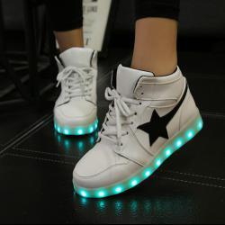 [มี2สี] รองเท้า LED มีไฟเรืองแสง แฟชั่นหนัง PU เย็บรูปดาวด้านข้าง ทรงหุ้มข้อ แบบร้อยเชือก ปรับเปลี่ยนแสงไฟได้ 7 สี 8 แบบ พร้อมสายชาร์จ USB