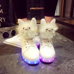 รองเท้า LED มีไฟเรืองแสง แฟชั่นหนัง PU หุ้มข้อ ดีไซน์แต่งรูปหมีน้อยน่ารัก ปรับเปลี่ยนไฟได้ 7 สี 8 แบบ พร้อมสายชาร์จ USB