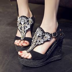 รองเท้าส้นเตารีด ทรงหัวปลา หนังนิ่มสีดำ หน้าแต่งเพชรสไตล์โรมัน แต่งหัวเข็มขัดรัดส้น สูง 5 นิ้ว