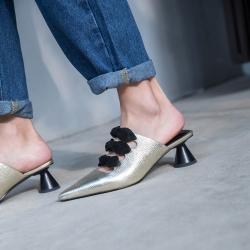 [มี2สี] รองเท้าคัทชูหัวปิด เปิดส้นทำจากหนังแท้ ด้านหน้าแต่งเป็นโบว์เก๋มาก ส้นสูง 1.5 นิ้ว