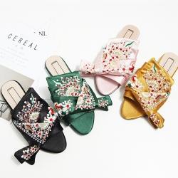 [มีหลายสี] รองเท้าคัทชูส้นแบน แบบสวม ทำจากหนังไมโครไฟเบอร์หน้าเป็นผ้าซาติน งานปัก