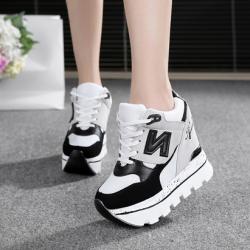[มีหลายสี] รองเท้าส้นตึก แฟชั่นหนังpu ปักตัวN ด้านข้าง ทรงรองเท้าผ้าใบ เสริมส้นสูงด้านในสไตล์เกาหลี