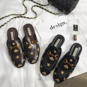 [มี2สี] รองเท้าคัทชูส้นแบน แฟชั่นหนัง pu งานปัก หน้าแต่งอะไหล่สีทอง สวยสไตล์เกาหลี