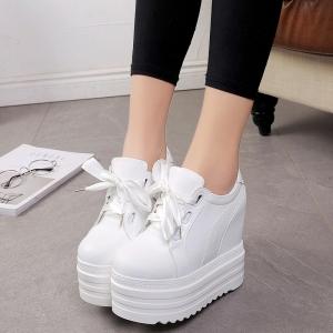 [มี2สี] รองเท้าผ้าใบเสริมส้น แฟชั่นเกาหลีส้นตึก หนังpu สีพื้น ผูกเชือกน่ารัก ส้นสูง 5.5 นิ้ว รวมด้านใน