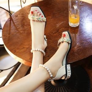 รองเท้าหัวปลา แฟชั่นหนัง pu สีขาว ส้นแต่งมุก สายรัดข้อร้อยเป็นสร้อยมุกสีขาว สวยหรู ดูแพง ส้นสูง 1.5 นิ้ว