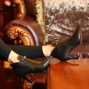 [มีหลายสี] รองเท้าบูทสั้น หัวแหลม ส้นสูง แฟชั่นหนัง pu ซิปด้านหลัง ด้านหน้าแต่งอะไหล่ร้อยตัวอักษร ทรงสวยสไตลล์ยุุโรป ส้นสูง 3 นิ้ว