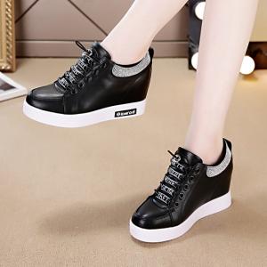 [มี2สี] รองเท้าผ้าใบหนัง pu พื้นหนา เสริมส้นสไตล์เกาหลี ร้อยเชือกด้านหน้า ด้านข้าง+ด้านในประดับเพชรสวยวุ้งวิ้ง สีพื้น ไม่หุ้มข้อ ส้นสูง 2 นิ้วรวมด้านใน