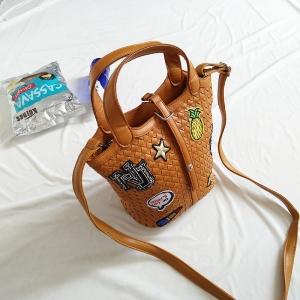 [มีหลายสี] กระเป๋าถือแฟชั่นทรงสาน ปักลายดาว ผลไม้ NJ ลิปสติก มีสายสะพายในตัว
