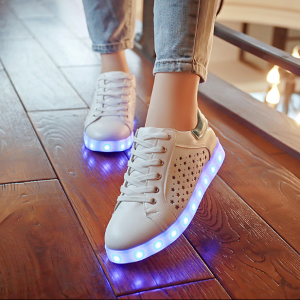 [มี2สี] รองเท้า LED มีไฟเรืองแสง แฟชั่นหนังpu สีขาว ลายดาว ปรับเปลี่ยนแสงไฟได้ 7 สี 8 แบบ เปิด-ปิดสวิชต์ได้ พร้อมสายชาร์จ USB