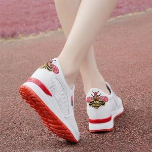 [มีหลายสี] รองเท้าผ้าใบมัฟฟิน พื้นหนา แฟชั่นหนัง pu ทรงสปอร์ต งานปัก มีตาข่ายระบายอากาศ เสริมส้นสูงด้านในสไตล์เกาหลี