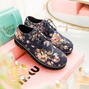 [มีหลายสี] รองเท้าหุ้มส้นผู้หญิง ทรงมาร์ติน วัสดุผ้าใบยีนส์ ลายดอกไม้วินเทจ สวย เท่ แฟชั่นสไตล์อังกฤษย้อนยุค