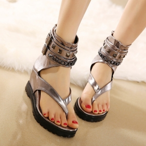 [มีสองสี] รองเท้าแตะคีบ สไตล์โรมัน ดีเทลแต่งหมุด ทรงหุ้มข้อ หนัง pu ซิปด้านหลัง เสริมส้นสูงด้านใน 5 นิ้ว