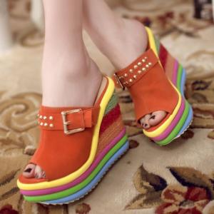 [มี2สี] รองเท้าผู้หญิง หัวปลา ส้นตึก แฟชั่นหนังแท้ สีรุ้งสดใสรับหน้าร้อน แต่งหัวเข็มขัด แพลตฟอร์มสูง 3 นิ้ว / ส้นสูง 5 นิ้ว